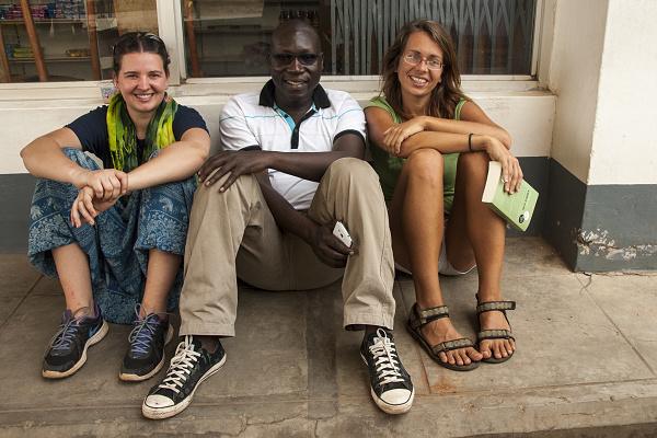 O dva roky později mě Katarina nechala stát na silnici v Ugandě, svlečenou do půl těla (ano potřebovala jsem topless fotku na rovníku :) ) Nejdřív zběsile mávala na první projíždějící auto, které zastavilo a řidič se jí zeptal jestli něco nepotřebuje a jestli je v pořádku. Než jsem na sebe stačila hodit tričko, tak už mu Káťa seděla nasáčkovaná v autě s tím, že ji chce znásilnit naddržený pavián.