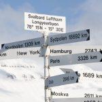 Cedule ukazující vzdálenosti z Longyearbyenu do různých světových metropolí