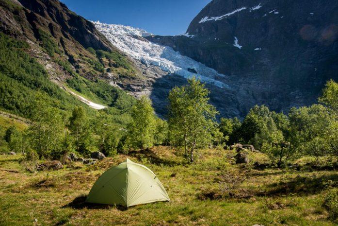 spaní na divoko u parkoviště u ledovce Bøyabreen v národním parku Jostedalsbreen