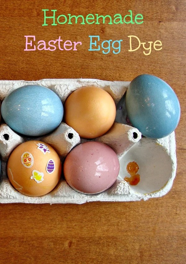 Learn how to make DIY Easter egg dye with this easy tutorial! You can dye Easter eggs without food coloring using vegetable scraps, spices, and vinegar. #eastereggs #easter