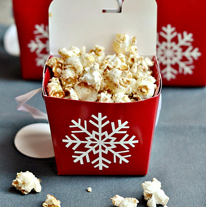 This maple gingerbread popcorn recipe makes a great Christmas or holiday gift!
