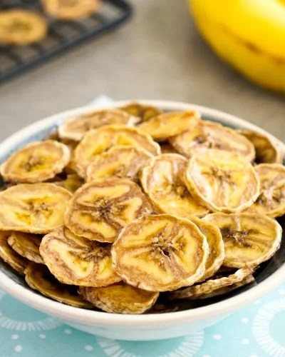 These baked banana chips are so delicious!