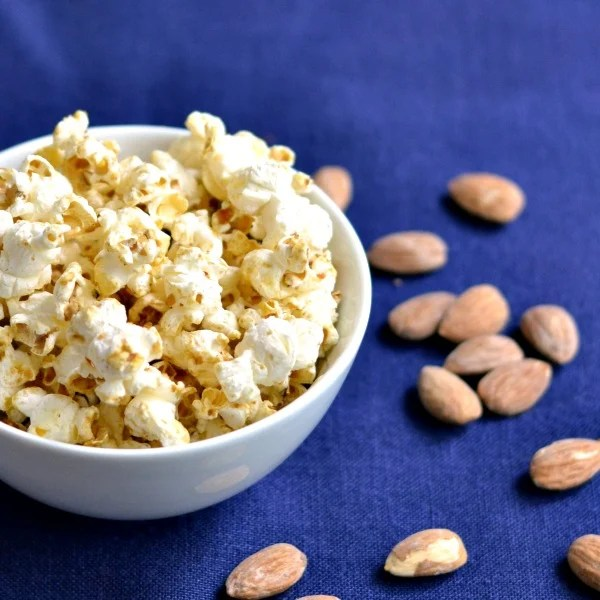 healthy snack ideas to lose weight- healthy snacks list-satisfy cravings I can't get enough of this healthy vanilla almond popcorn! Great snack recipe for a road trip.