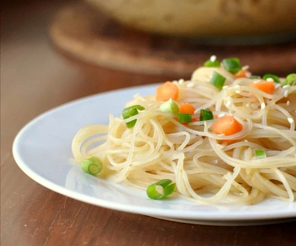 Rice noodles with peanut sauce, a frugal vegan recipe