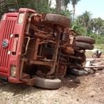 Caminhão caçamba carregado de material de construção tomba em José de Freitas
