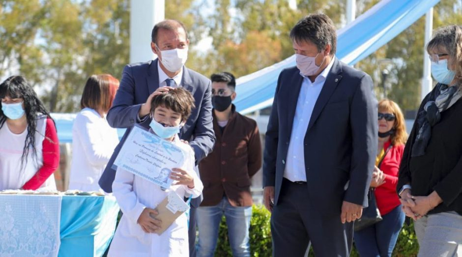 """""""A partir del lunes no será obligatorio el uso de barbijo en los recreos y en las actividades físicas"""", indicó el gobernador Gutiérrez"""