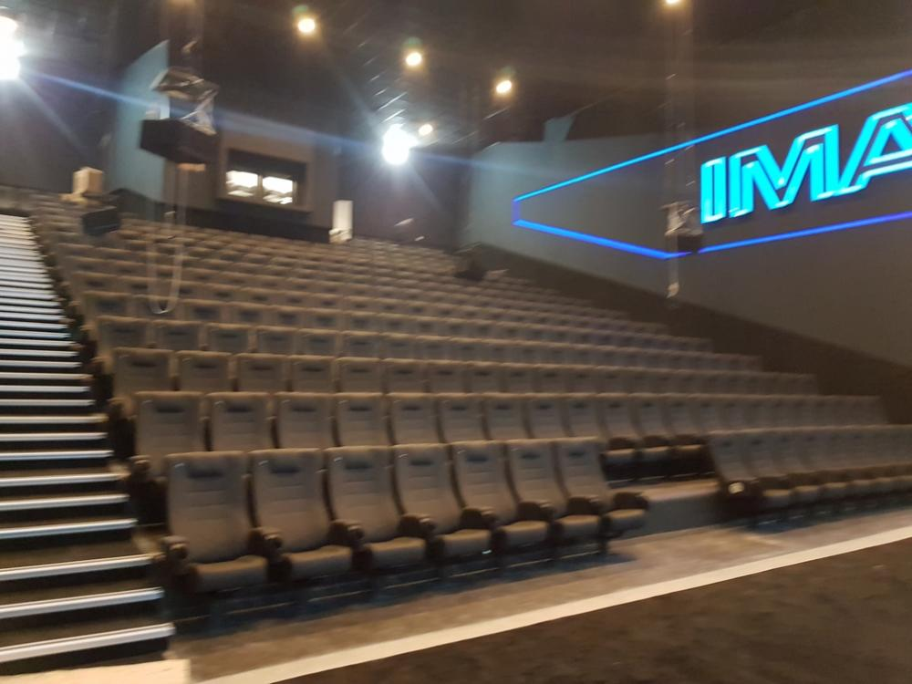 montaža stolica za kino u Cineplexx IMAX