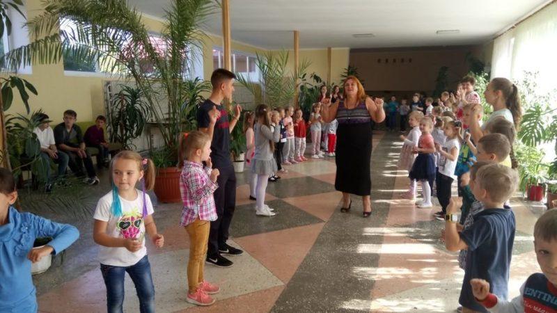 """Результат пошуку зображень за запитом """"вчителі та учні на перервах танцюють"""""""