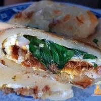 【綠島小吃】綠島阿嬤ㄟ蔥油餅 像蛋餅的蔥油餅把海草、章魚包進餅裡吃