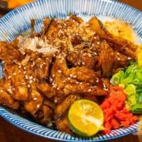 【高雄丼飯】金福商店 濃濃大阪商店風元素 炙烤照燒厚豚五花丼引人食慾