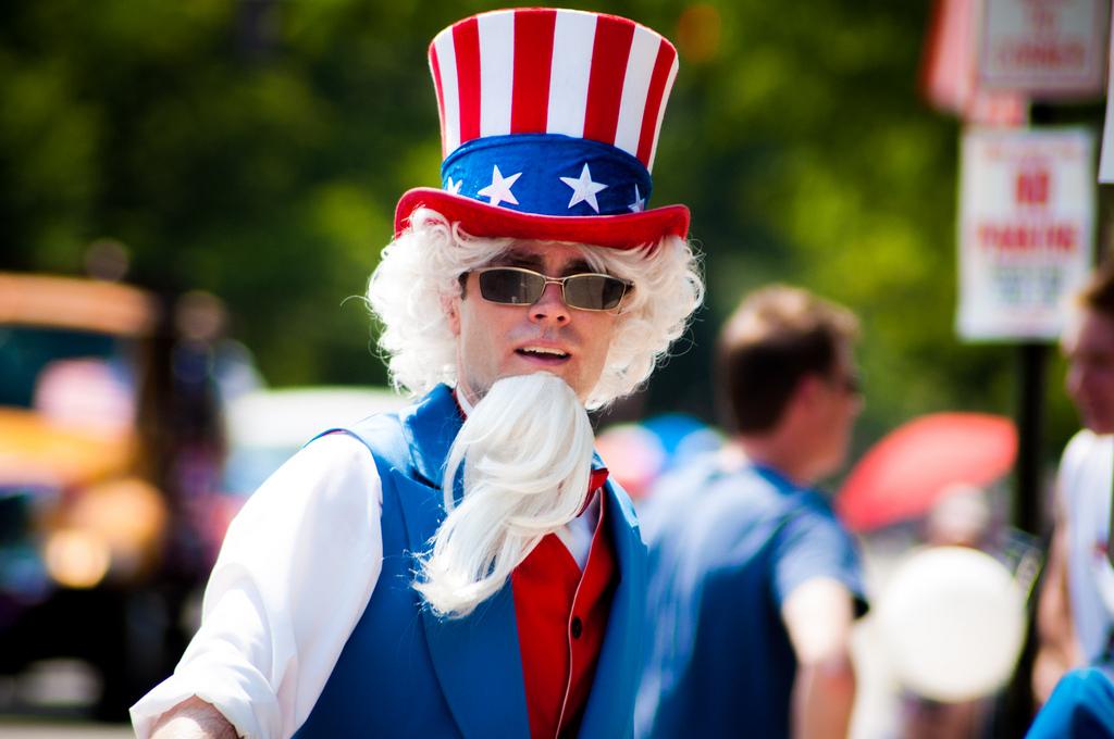 Ein Amerikaner, verkleidet wie Uncle Sam, auf einer Parade zum Nationalfeiertag