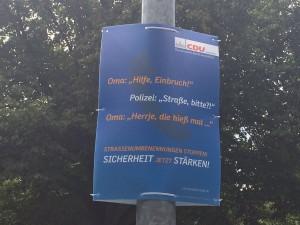 """CDU-Plakat in Hannover mit der Aufschrift: """"Oma: ,Hilfe, Einbruch!' Polizei: ,Straße, bitte?!' Oma: ,Herrje, die hieß mal …' Strassenumbenennungen stoppen! Sicherheit jetzt stärken!"""