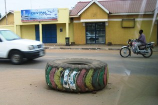 Tyre used as roundabout in Juba