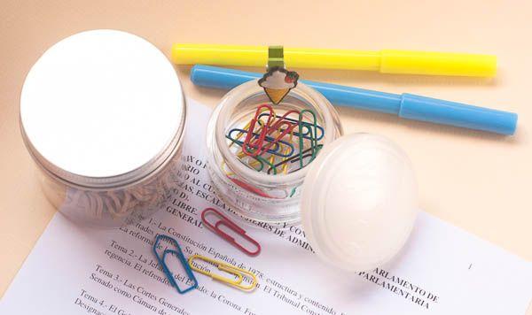 Reutilizar los envases de tus cosméticos es más fácil si primero les quitas la etiqueta ;).