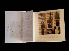 Rebeca Pardo, Kit Barcelona. Derivas brossianas Prêt-à-porter (Técnica mixta:papiroflexia, encuadernación y fotografía. Medidas Estuche: 24,5 x 19 x 8,5 cm.; 2 libros: 15 x 14,5 x 1 cm. y 1 mapa plegado: 15 x 14,5 x 0,2 cm., 2016)