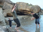 Almyrida: Steinewerfen in der Bucht / Throwing stones in a cove