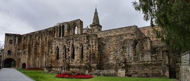 380px-Dunfermline_Palace_south_wall_and_Gatehouse.JPG