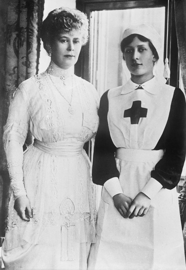 800px-Queen_Mary_and_Princess_Mary.jpg