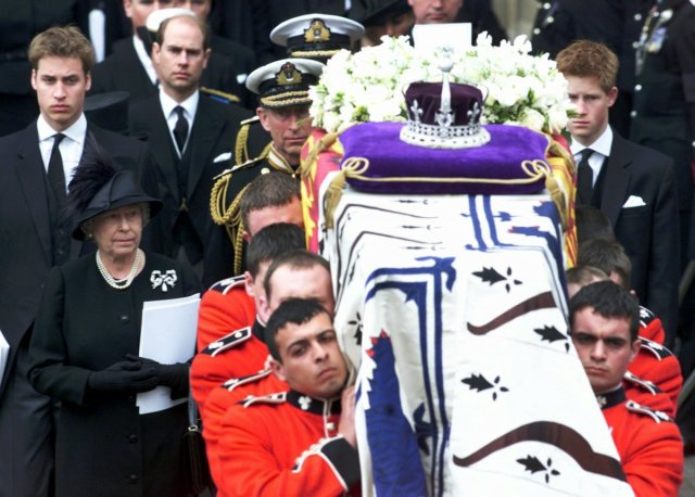 2002-2002-was-a-difficult-year-for-the-queen-both-her-sister-princess-margaret-and-her-mother-passed-away-within-a-month-of-each-other-the-picture-below-shows-the-queen-and-other-members-of-the-family-during-the-funeral.jpg