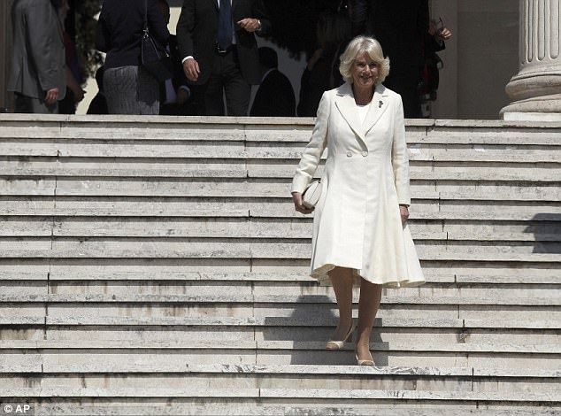 3EEE023700000578-4378538-Stylish_The_Duchess_of_Cornwall_leaves_The_British_School_after_-a-21_1491330414170.jpg