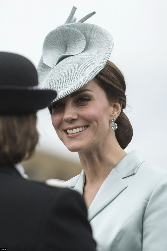 406694DE00000578-4511802-Kate_appeared_to_be_her_usual_charming_self_pairing_her_elegant_-a-16_1494962094998.jpg