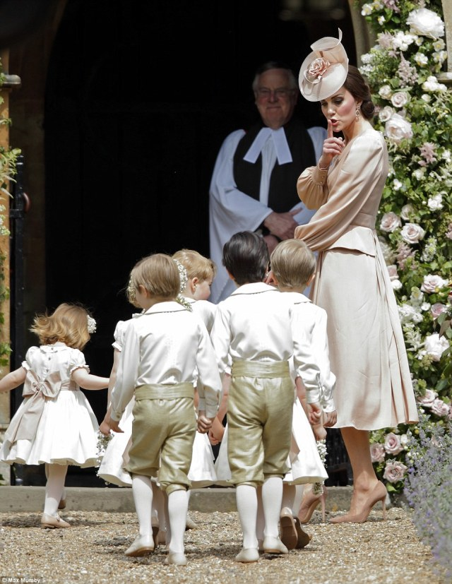 40915ADD00000578-4524842-The_Duchess_tells_the_little_ones_to_keep_the_noise_down_as_the_-a-43_1495301740972.jpg