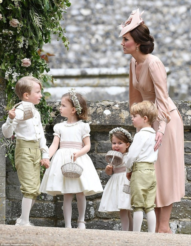 409223A700000578-4524842-Kate_placed_her_hand_protectively_on_her_son_Prince_George_s_bac-a-53_1495301741400.jpg