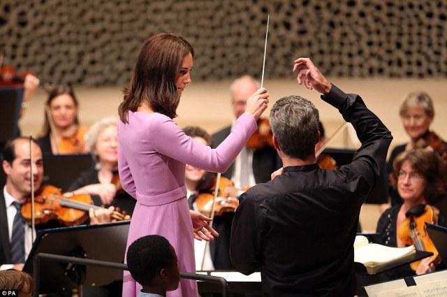 428CC0AA00000578-4718100-The_Duchess_of_Cambridge_directed_the_Hamburg_Symphony_Orchestra-a-1_1500649275662.jpg