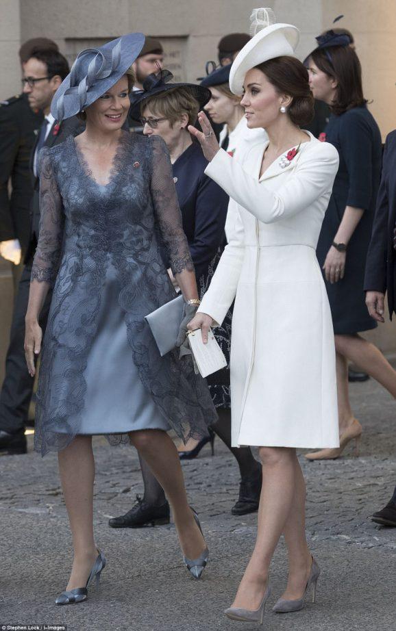 42D4C37D00000578-4744420-The_Duchess_of_Cambridge_and_Queen_Mathilde_were_talking_animate-a-1_1501441803980.jpg