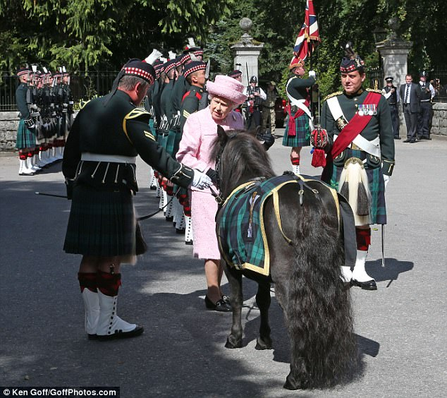 430BB08600000578-4767890-The_Queen_stopped_to_greet_Shetland_pony_Cruachan_1V_the_regimen-m-15_1502109360644.jpg