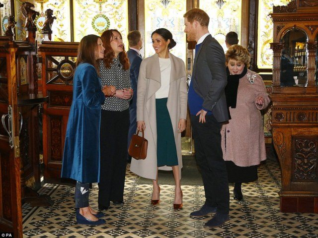 4A7A486000000578-5535801-Prince_Harry_and_Meghan_Markle_during_a_visit_to_the_Crown_Bar_i-a-71_1521816877728