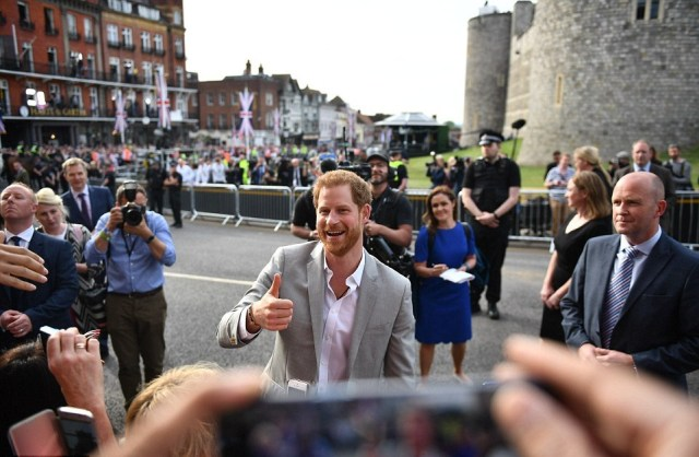 4C6770BB00000578-5745035-Outside_the_Horse_and_Groom_pub_Harry_shook_hands_with_fans_and_-a-117_1526663473969