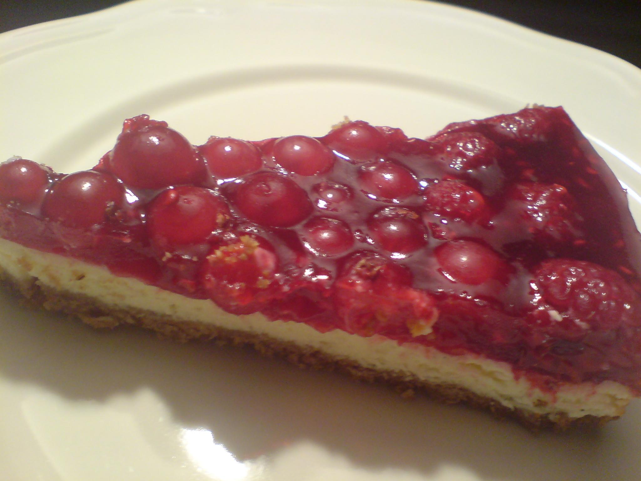 En bit halloncheesecake med röda vinbär