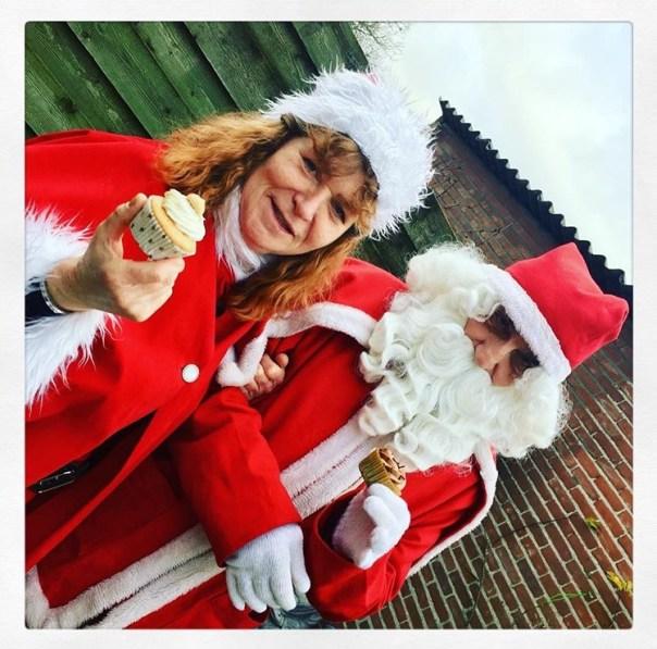 kerstman en kerstvrouw aan de vegan cake