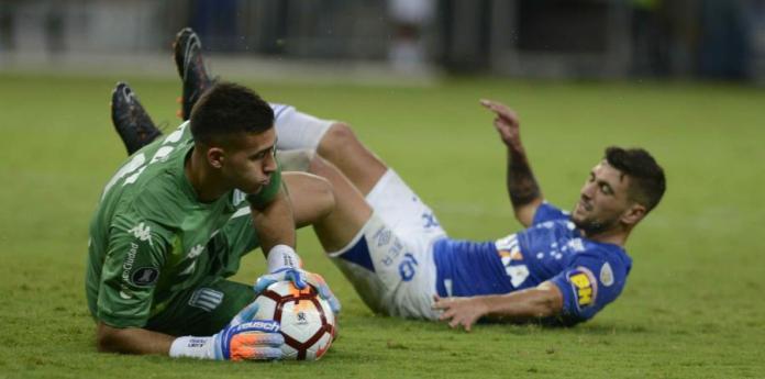 Giorgian de Arrascaeta (der.) observa cómo el arquero de Racing Juan Musso atrapa el balón. (horizontal-x3)