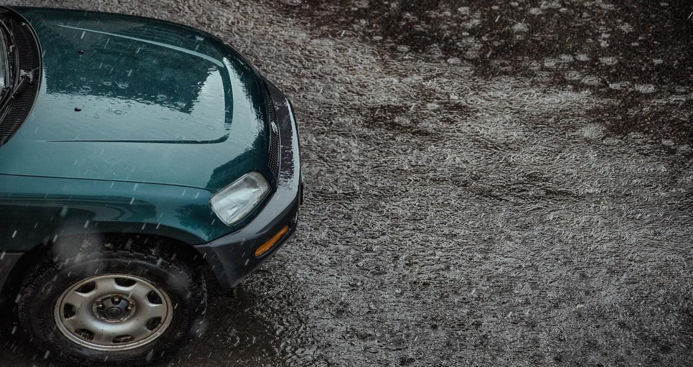 conducir-cuando-los-caminos-estan-inundados-es-una-de-las-cosas-mas-peligrosas-que-puedes-hacer-1920