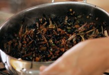 Receita de Arroz Negro Crocante com legumes
