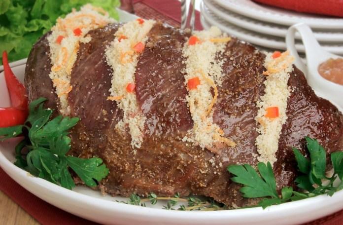 Carne assada com farofa picante e molho agridoce