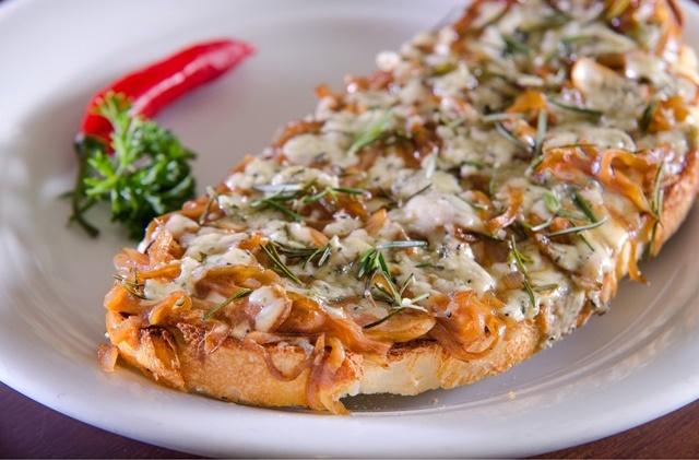 Bruschettas de gorgonzola com cebola caramelizada