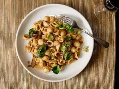 РецептВкусные макароны с грибами, сыром, брюссельской капустой