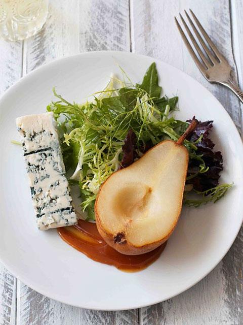 Салат с карамелизоваными грушами и рокфором