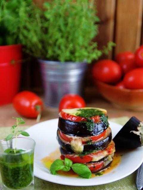 Баклажаны запеченные с помидорами и моцареллы