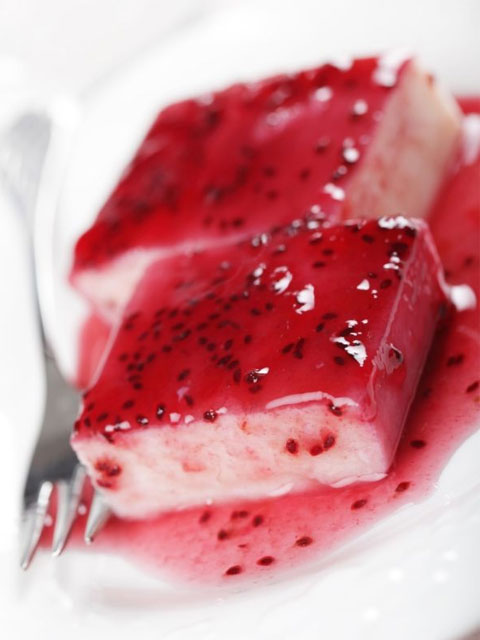 Пудинг из манной крупы под ягодным сиропом