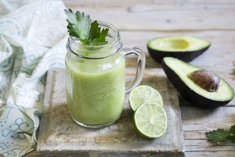 Напиток из авокадо, сельдерея и лайма