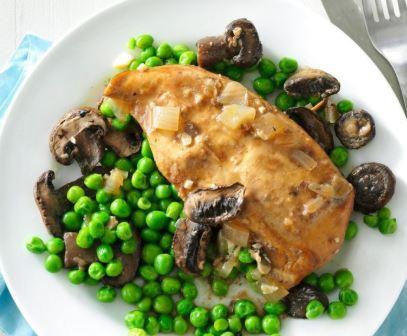 Pollo con setas y guisantes