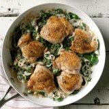 Muslos de pollo con chalotes y espinacas
