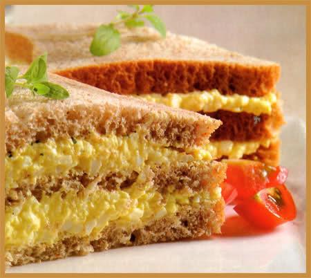 sándwich con pasta de huevo y perejil