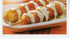 Brochettes de pollo con salsa blanca