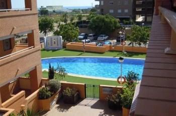 piscina con cesped - Alquiler apartamento en Marina D´or (particular y barato)
