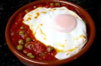 huevos en cazuela - Reciclaje de comida - cazuela de mariscos de campo con huevo